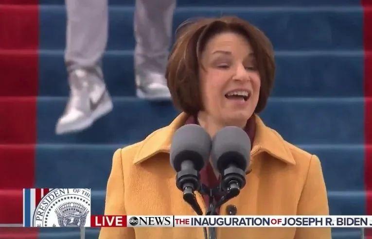 在美国总统就职典礼上, 有人穿AJ1 Dior抢走所有风头?