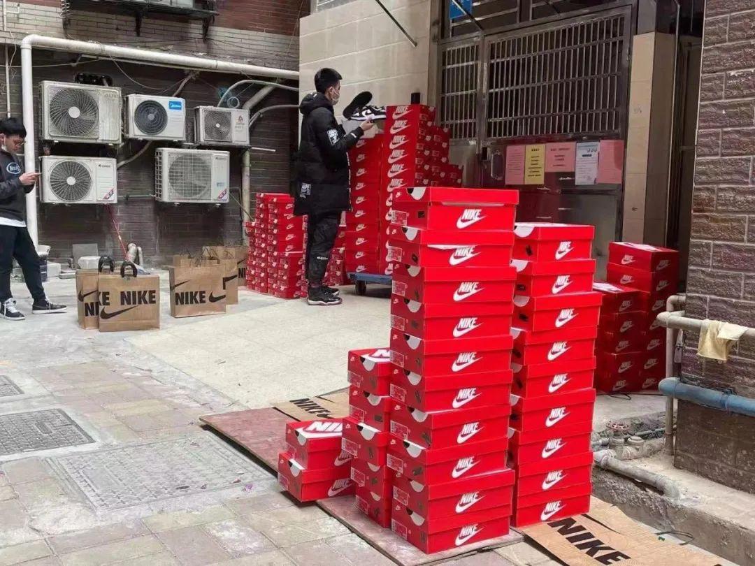 广州正佳Nike扫鞋团伙, 200双DUNK熊猫搬回家怒赚几十万!